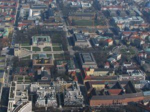 02_Luftbild_Kulturdenkmal-Ensemble_Brienner_Str_München_Königsplatz_li_Karolinenplatz_re_Bildmitte_-_Foto_Wolfgang_Pehlemann_DSCN2431